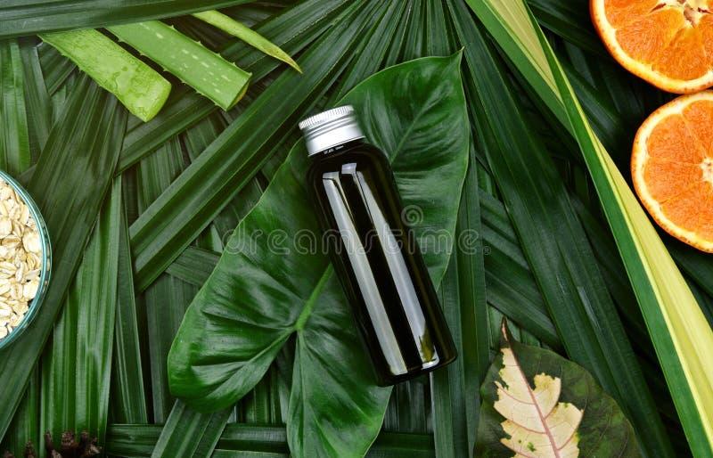 Soins de la peau de cosmétiques avec l'extrait de vitamine C, récipients cosmétiques de bouteille avec les tranches oranges fraîc image libre de droits