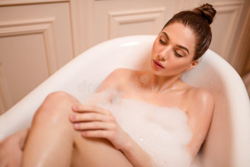 Download Soins De La Peau De Femme Dans La Baignoire Image stock - Image du hygiène, attrayant: 87700319
