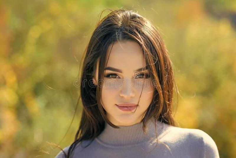 Soins de la peau, jeunesse, santé Énergie, joie, sérénité Femme avec le long cheveu de brunette Fille avec le visage de maquillag images libres de droits