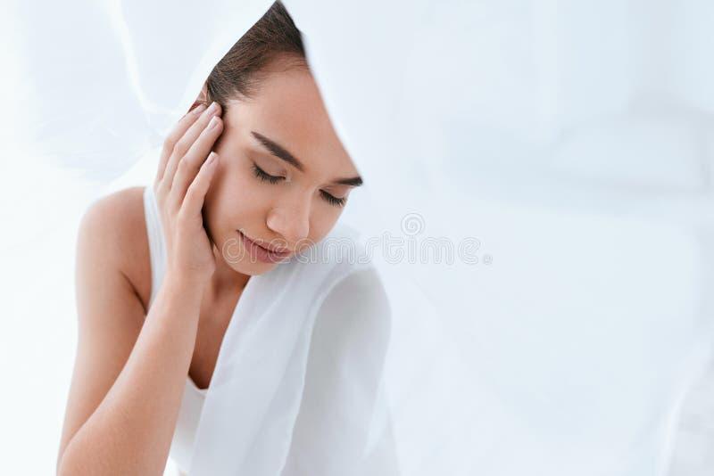 Soins de la peau de visage de beauté Femme avec la belle peau et le maquillage image libre de droits