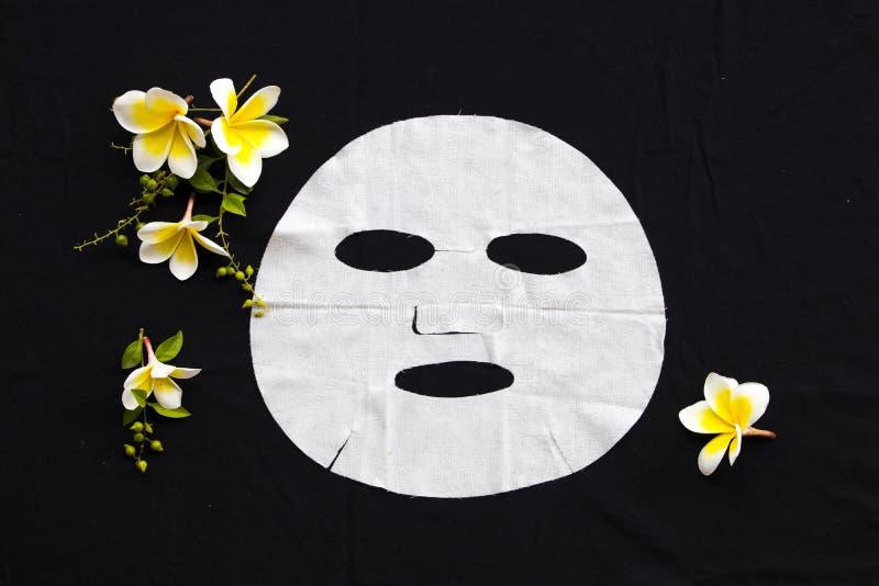Soins de santé naturels de frangipani de fleurs d'extrait de masque de feuille d'arome pour le visage de peau photos stock