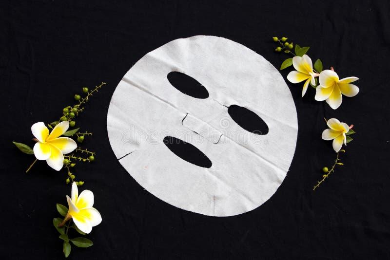 Soins de santé naturels de frangipani de fleurs d'extrait de masque de feuille d'arome pour le visage de peau photographie stock libre de droits
