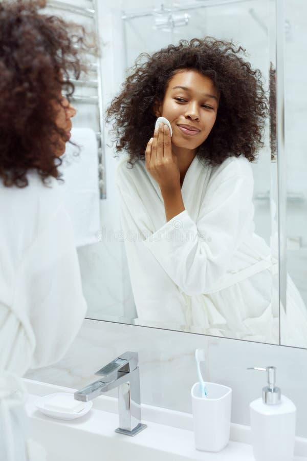 Jeune belle femme africaine enlevant le maquillage - Belle mere dans la salle de bain ...