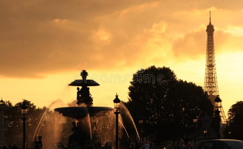 Soirée à Paris, Tour Eiffel et une fontaine image stock