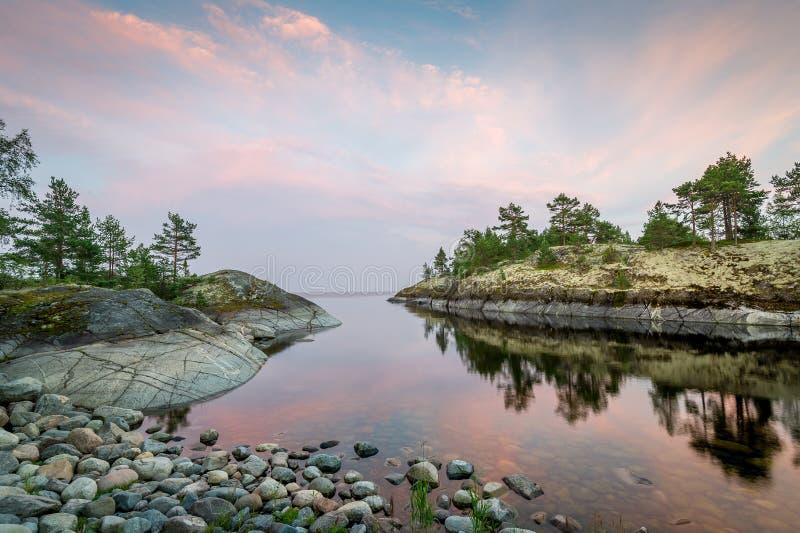 Soirée aux îles de république de la Carélie sur le lac Ladoga photos stock