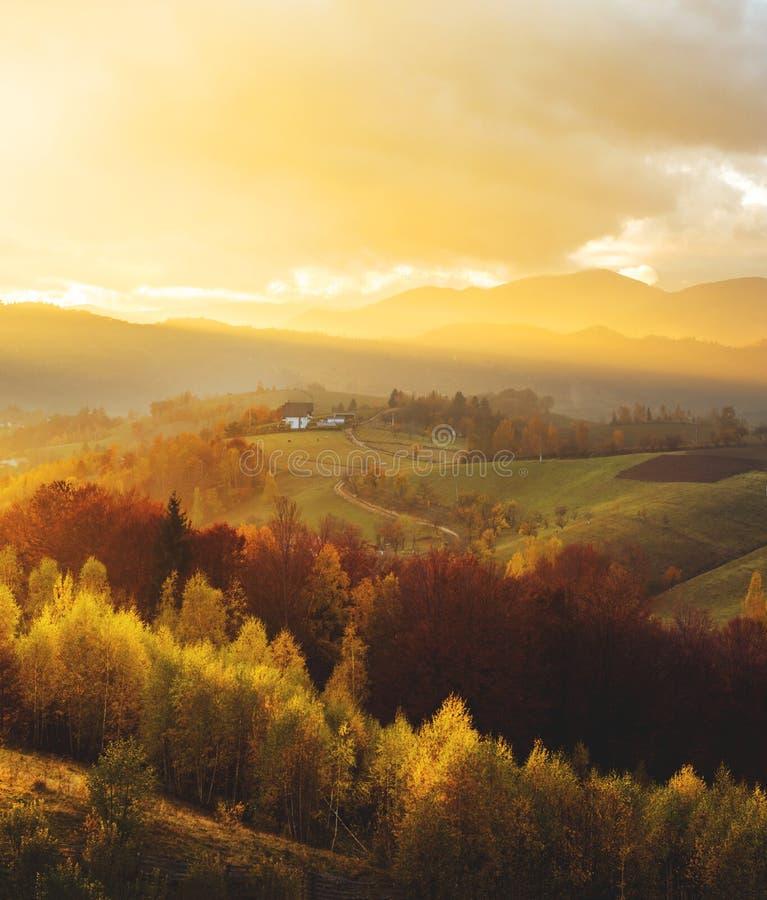 Soirée chaude d'octobre en Transylvanie Lumière magique de coucher du soleil d'automne au-dessus des collines colorées photos libres de droits