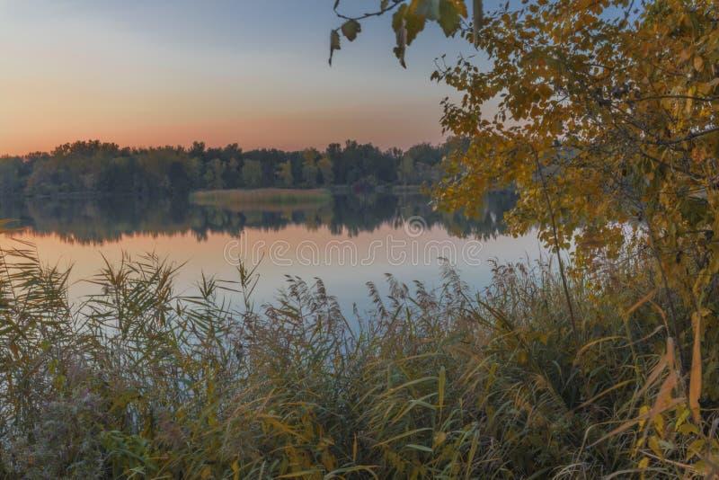 Soirée d'automne sur le lac photographie stock