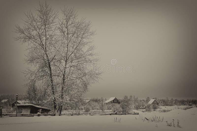 Soirée d'hiver dans le village, Russie, photo noire et blanche, antiquité modifiée la tonalité photo stock