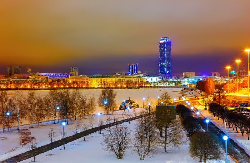 Soirée d'hiver sur le remblai la ville d'Iekaterinbourg photographie stock libre de droits