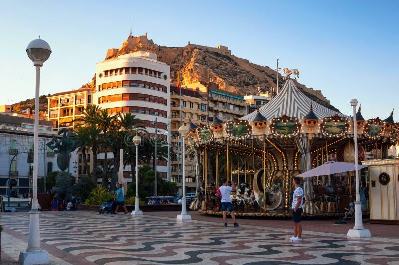 Soirée dans Alicante, Espagne avec le château et image libre de droits