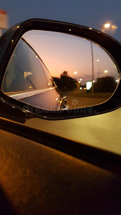 Soirée dans le mirroir de voiture images stock