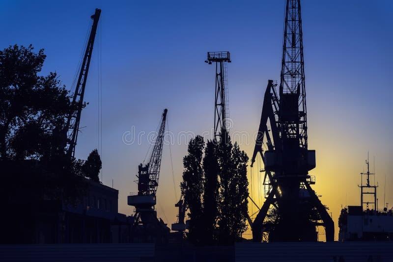 Soirée dans le port, dock de mer, rivière Silhouette des grues industrielles Paysage de port Coucher du soleil lumineux photo libre de droits