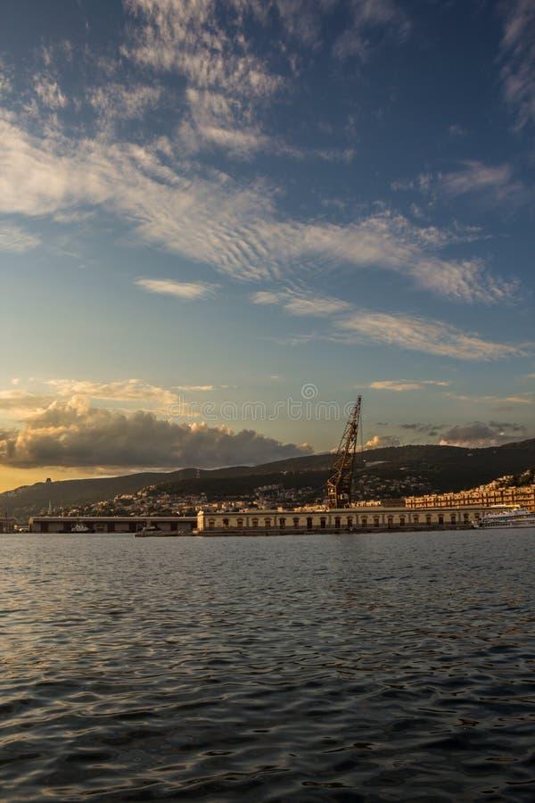 Soirée dans les docks de Trieste photo libre de droits