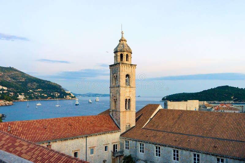Soirée de Dubrovnik de vieille d'église tour de cloche et de Mer Adriatique image stock
