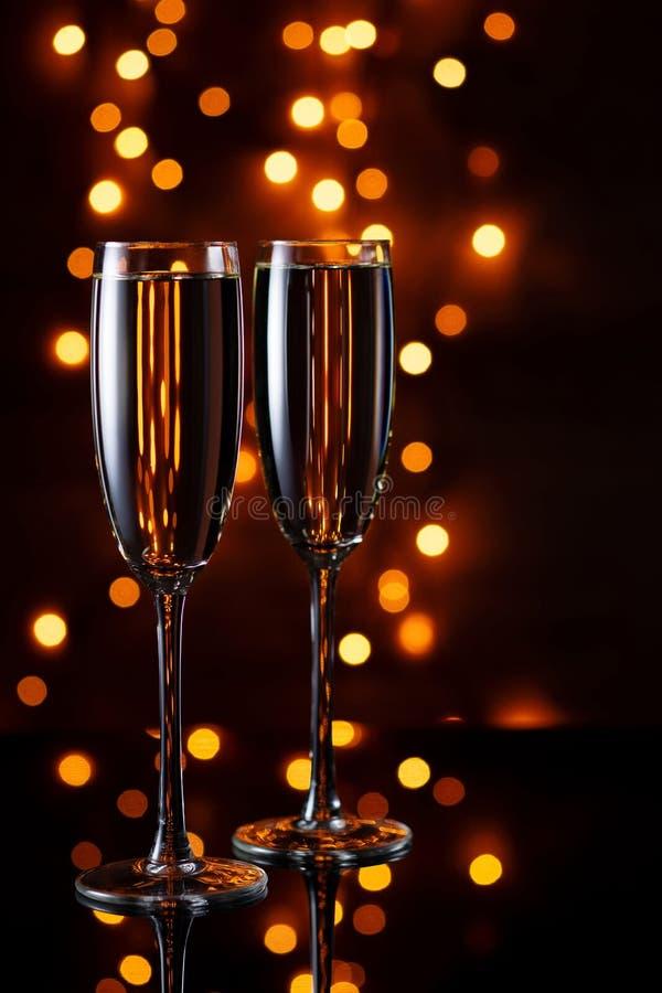 Soirée de fête ensemble Deux verres de vin contre les lumières images libres de droits