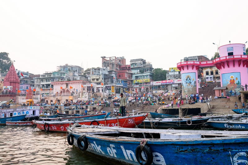 Soirée de Varanasi à la rivière de Ganga photos stock