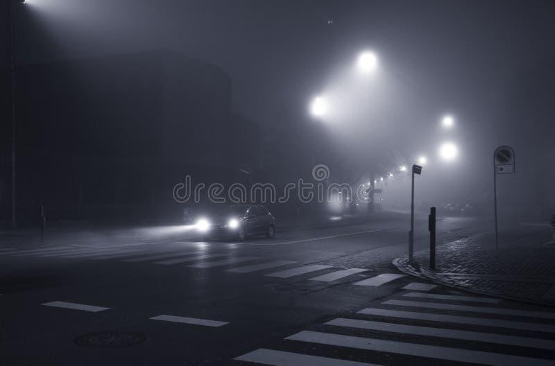 soirée de ville brumeuse image stock