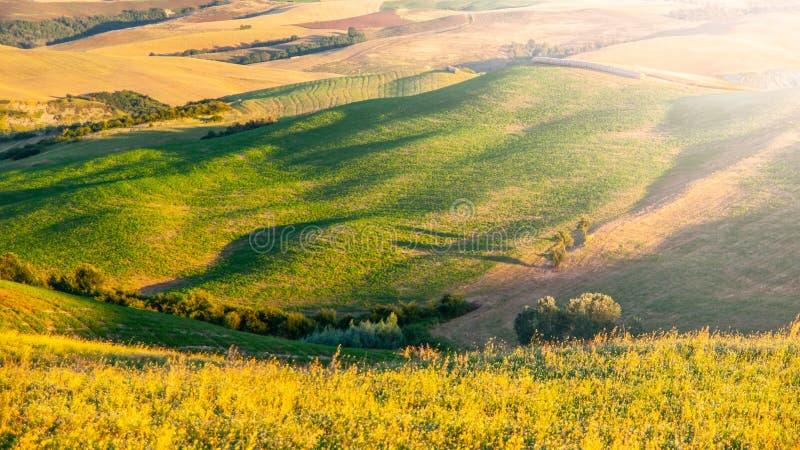 Soirée en Toscane Paysage de Hilly Tuscan la soirée ensoleillée d'été photos stock