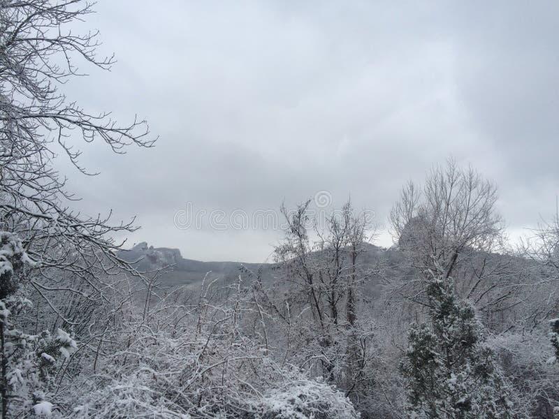 soirée givrée dans les montagnes du Caucase images stock