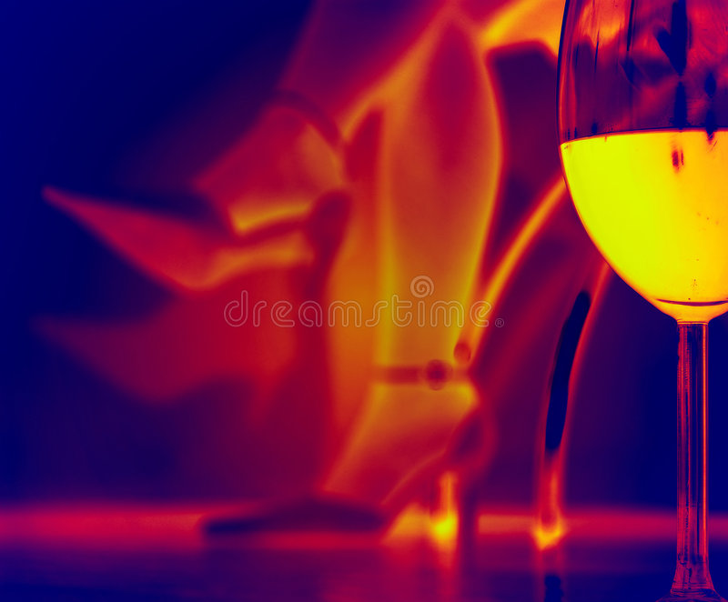 Soirée romantique avec une glace de vin - infrarouge photos libres de droits