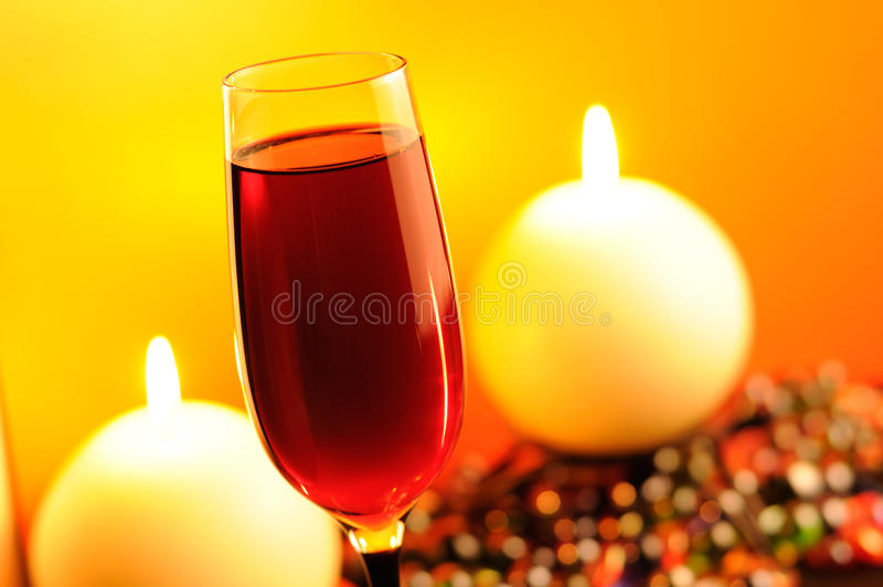 Soirée romantique - vin rouge et bougies brûlantes photographie stock libre de droits