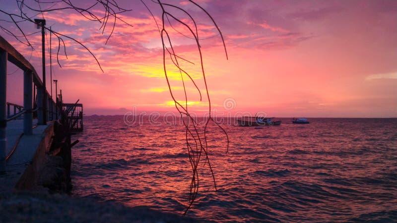Soirée rouge à l'île de Tinggi image stock