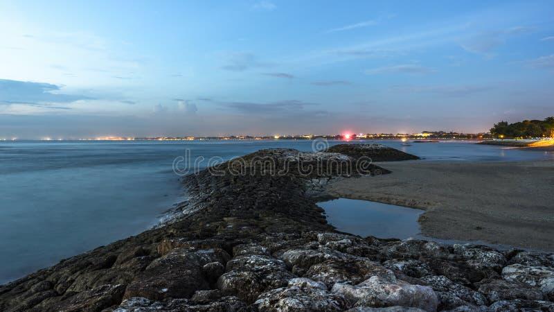 Soirée sur la plage de Kuta sur Bali l'indonésie images libres de droits
