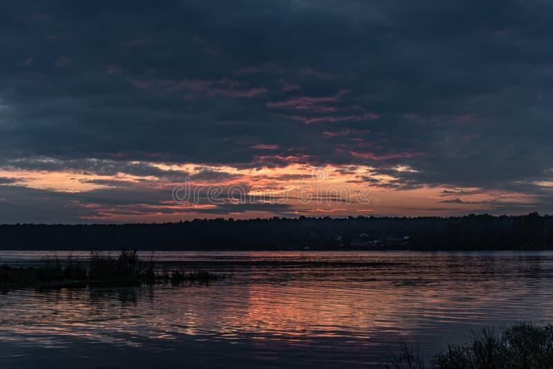 Soirée sur la rivière de Neva photo libre de droits