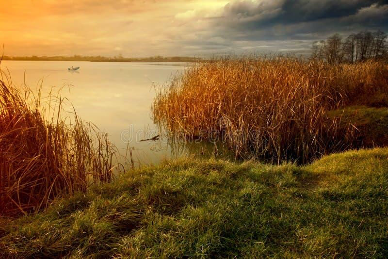 Soirée sur le bord de lac photos stock