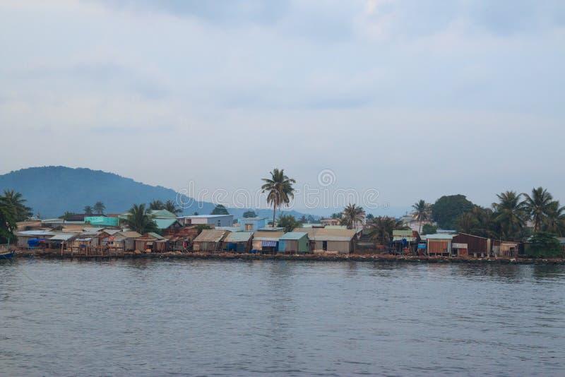 Soirée tranquille dans le petit village près de la mer avec les palmiers, le ciel nuageux et une colline Phu Quoc, Vietnam photos libres de droits