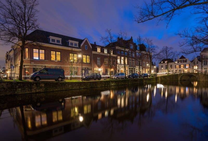 Soirée tranquille par le canal dans la vieille ville de Delft, le Neth images stock