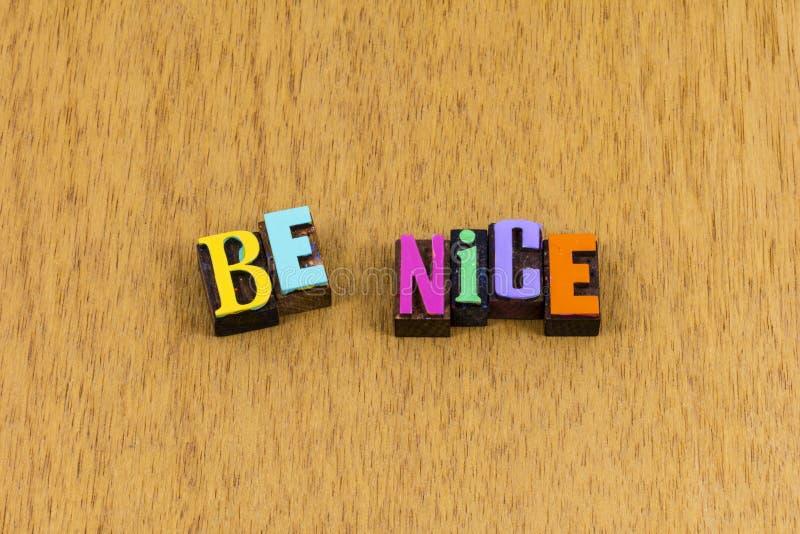 Sois gentil gentillesse aimable aide gracieuse phrase de letterpress photo libre de droits