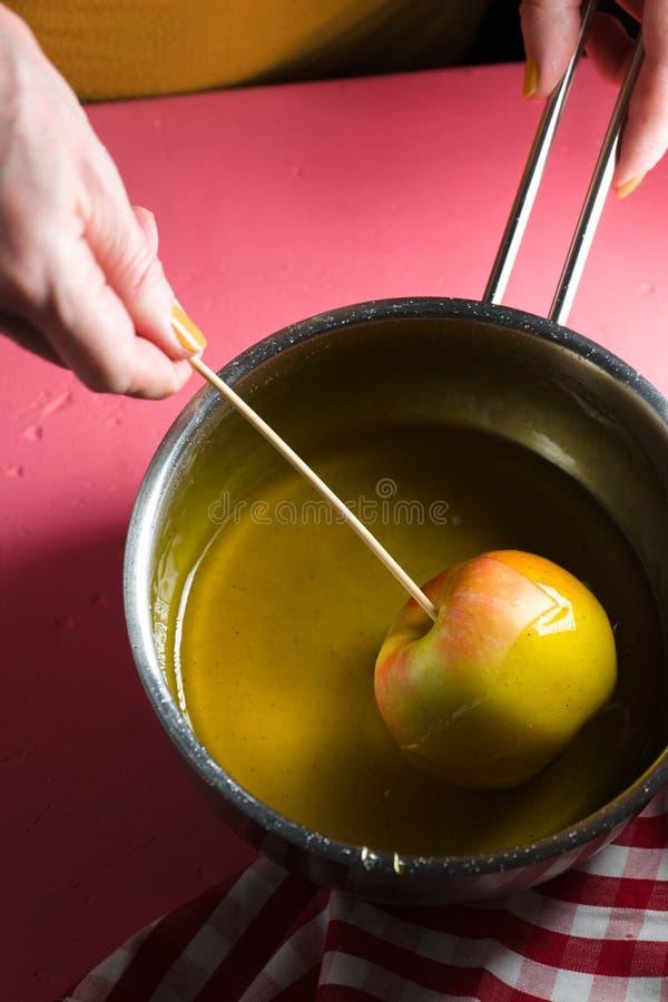 Soja con el jarabe de azúcar, manzana en espacio libre del palillo imagen de archivo