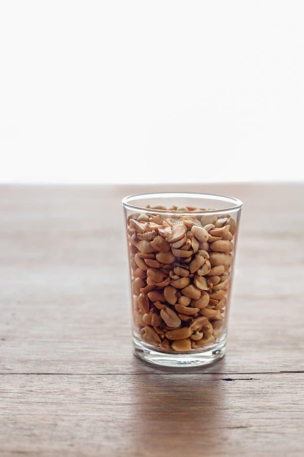 Soja de los cacahuetes en la taza de cristal en un fondo blanco imagen de archivo