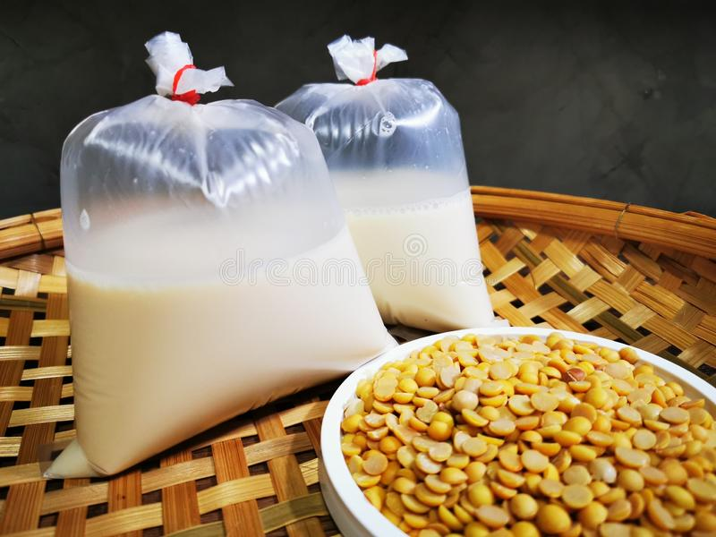 Soja- en sojamelk is gezond voor een goed leven stock foto