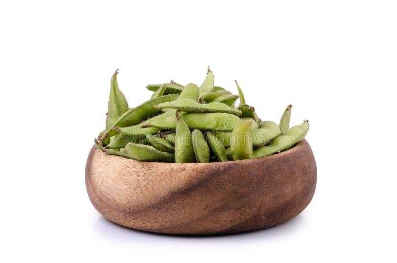 Soja verde en cuenco de madera en fondo blanco aislado imagen de archivo libre de regalías