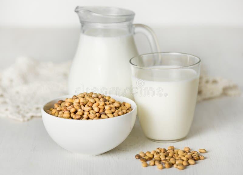 Sojabönor mjölkar och sojabönor på en vit tabell arkivbilder