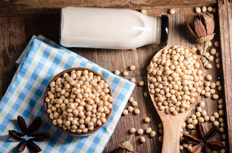 Sojabönor mjölkar och sojabönor på trätabellen royaltyfria bilder