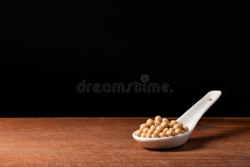 Sojabohnekorn auf Löffel stockfotos