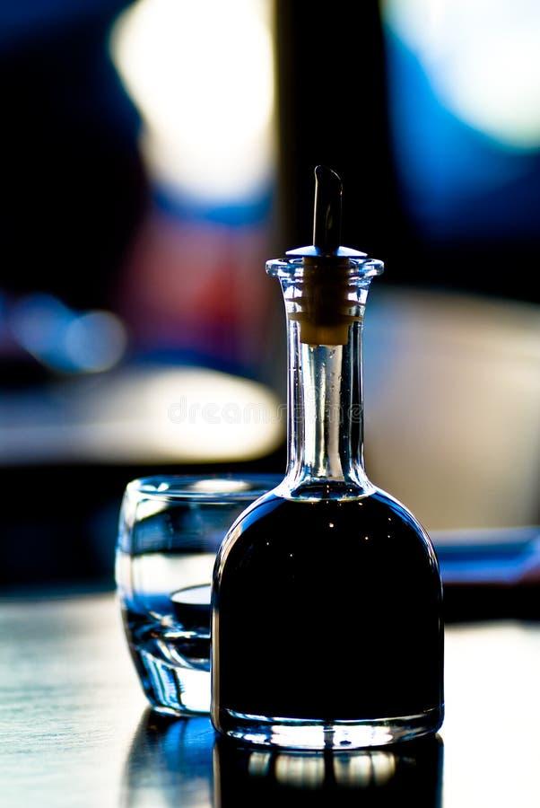 Sojabohnenöl-Flasche am Sushi-Stab stockbild
