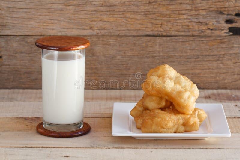 Sojaboonmelk en gefrituurd doughstick royalty-vrije stock afbeeldingen