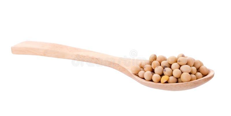 sojas con la cuchara de madera aislada en el fondo blanco foto de archivo