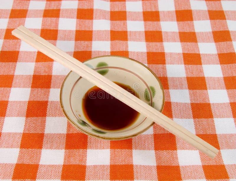 Sojasaus en eetstokjes stock fotografie