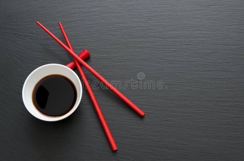 Sojasaus met eetstokjes stock fotografie