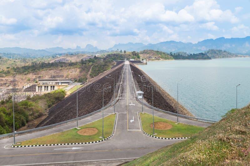 Sok do khao da estação da energia elétrica da represa de Ratchaprapha parque nacional do hidro, província de Surat Thani, Tailând fotografia de stock royalty free