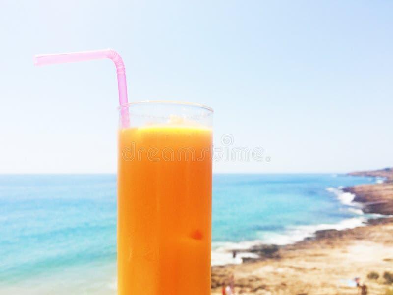 Sok pomarańczowy na plaży zdjęcie stock
