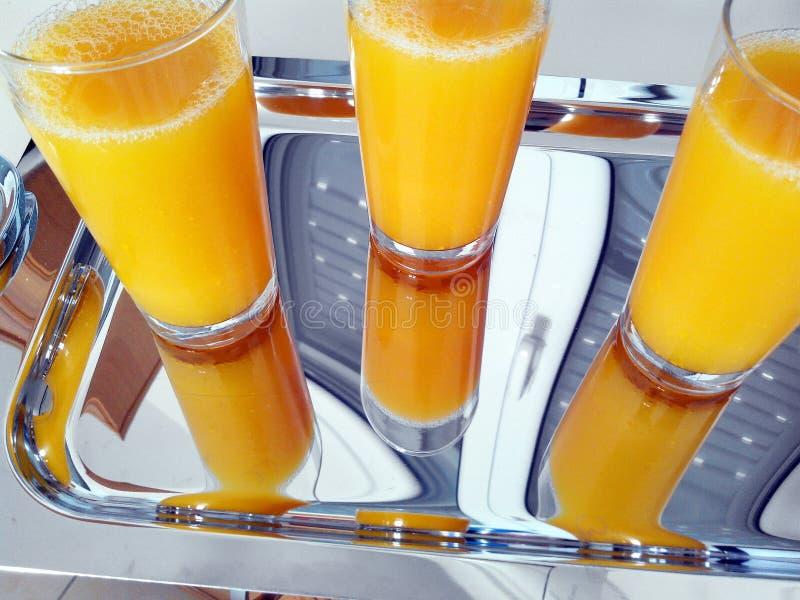Sok Pomarańczowy w Wysokich szkłach na stali nierdzewnej tacy obraz stock