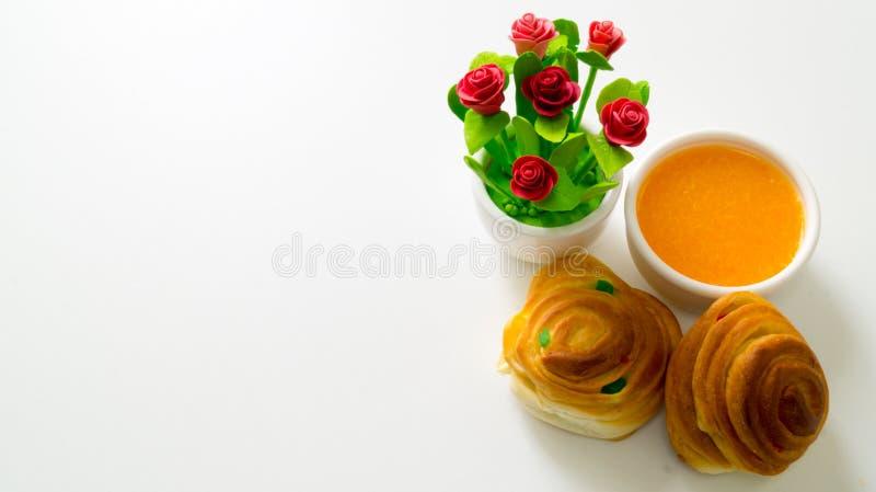 Sok pomarańczowy z chlebem fotografia stock