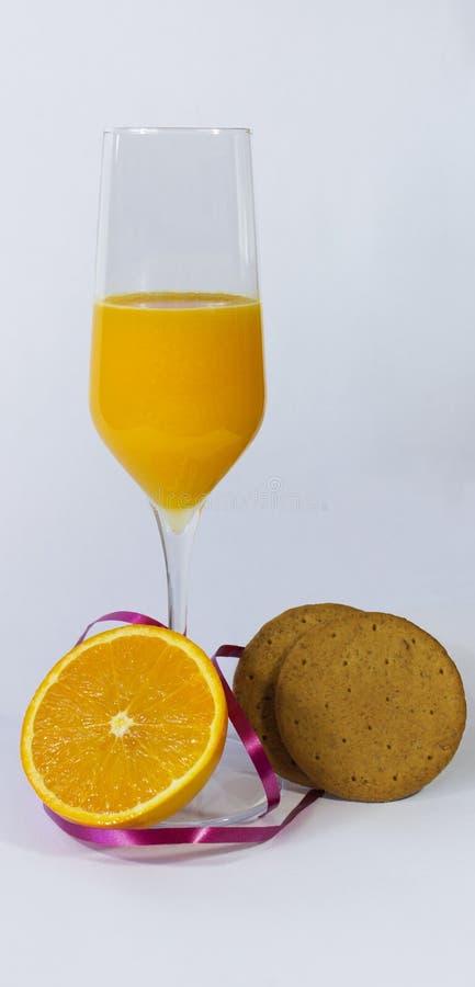 Sok pomarańczowy z pomarańcze i ciastkami obrazy royalty free