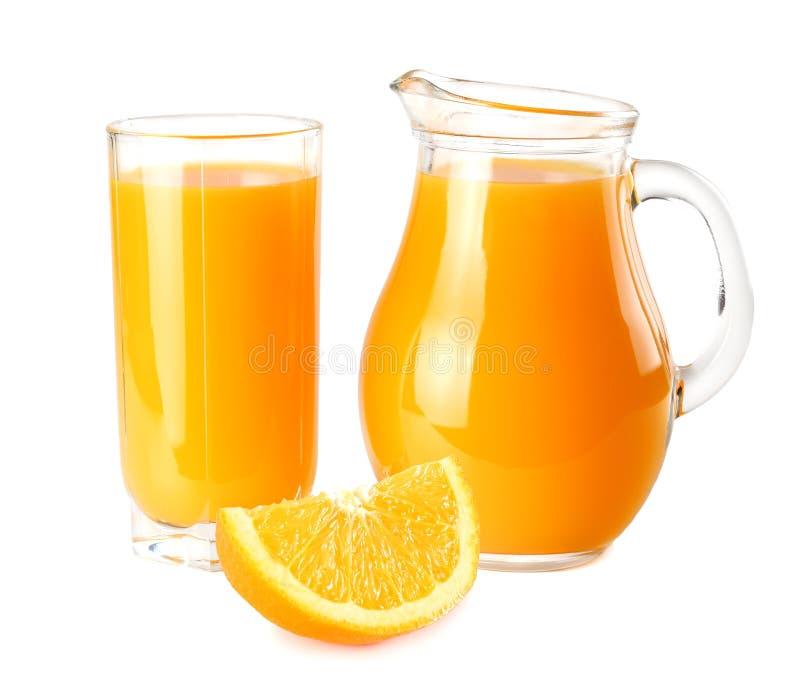Sok pomarańczowy z pomarańcze plasterkami odizolowywającymi na białym tle sok w dzbanku fotografia stock